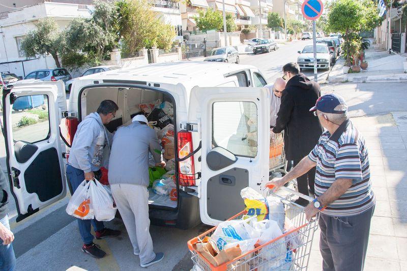 Τρόφιμα, γάλατα και δωροεπιταγές μοίρασε το ΠΑΣΦΕ στο πρώτο Δημοτικό Σχολείο Κερατσινίου (φωτογραφίες)